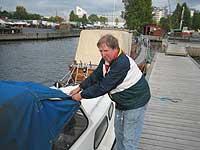 Arne Solem sørger for at båten er klar til å greie seg på egenhånd i vinter. Foto: Eirik Flugstad, NRK.