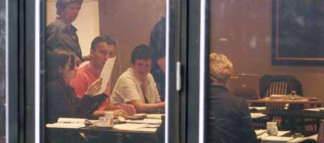 SORIA MORIA: Jens Stoltenberg og Hill Marta Solberg i møte med Åslaug Haga (med ryggen til) under regjeringsforhandlingene mellom Ap, SV og Sp på Soria Moria i ettermiddag. (Foto: Cornelius Poppe, Scanpix)
