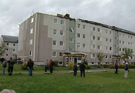Beboerne ser på skadene etter brannen natt til tirsdag. Foto: Nrk