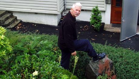 Beboer Erling Bentzen viser steinen som raste ned. Foto: Linn Mevold Skogheim/NRK