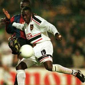 1998: Man Utds Dwight Yorke i kamp med Gbenga Okunowo i Mesterligaen. Man Utd vant den gjeve cupen det året. (FOTO: AP/ SCANPIX)