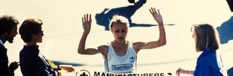 New York. 27. oktober 1985. Grete Waitz i aksjon, går i mål og vinner New York City Matathon 1985. Foto: AP / Scanpix