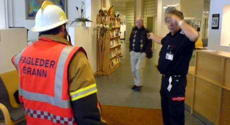 Brannmannskapene kom raskt tilstede, da det brant på et toalett i Halden rådhus. Brannvesenet holder til i naboygningen. Brannsjef Jens Lindstrøm t.h. Foto: Anders Winlund, NRK