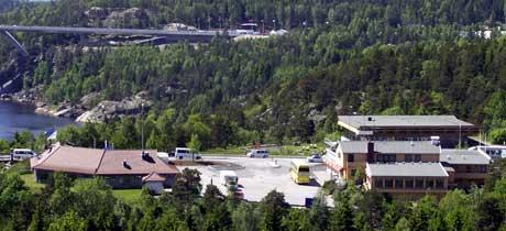 På norsk side av den gamle Svinesundbrua ligger SVENO E6 (t.v.) og Svinesundsterrassen (t.h.) for salg. Aktiviteten i området kan synke ytterligere, når det blir full bompengeinnkreving på begge bruer. Foto: Rainer Prang, NRK