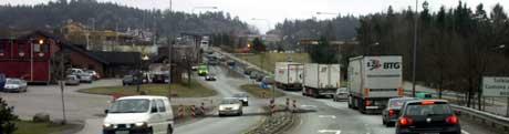 På Svinesundsområdet ebbet aktiviteten ut, da trafikken forsvant til den nye brua. Ved tollstasjonen (t.v.) og hos spedisjonsbedriftene (bak tollstasjonen) er aktiviteten konsentrert til den nye brua. Foto: Rainer Prang, NRK