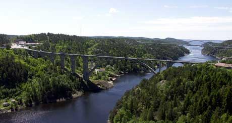 Svinesundsområdet, med de to bruene og fjorden, regnes for å være et pent område, men ved det norske bruhodet er det ikke bra, mener vegvesenet. Foto: Rainer Prang, NRK