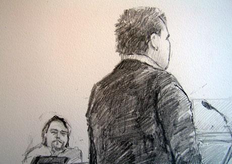Sandnesmann (26) i rettssalen med David Toska i bakgrunnen. Tegning: Ingrid Haukelidsæther