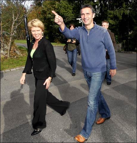 """Jens Stoltenberg er enda ikke blitt kvitt """"rekke opp fingeren for å si noe""""-syndromet mange politikere får under valgkampen. (Preben Østen) Foto: Scanpix"""