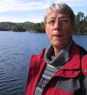 Ann-Mari Vik er fortvilet over forurensingen av Hallevannet i Larvik. Foto: Tonje Grimstad, NRK.