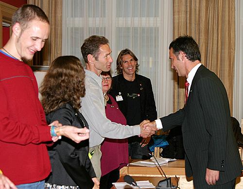 P1-regjeringa fikk møte Jens Stoltenberg, Åslaug Haga, Kristin Halvorsen & Co på Stortinget torsdag ettermiddag. (Foto: Henrik Juel Teige)