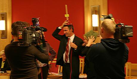 """P1-regjeringa mente den nye regjeringa trengte en """"hjernestarter"""". Påtroppende statsminister Jens Stoltenberg sjekker om den virker. (Foto: Henrik Juel Teige)"""