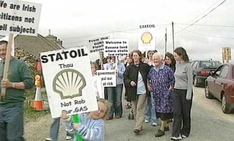 Det har vore fleire store demonstrasjonar mot Statoil og Shell. (NRK-foto)