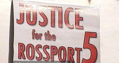 """Rettferd for """"The Rossport 5"""" står det på dette banneret. (NRK-foto)"""