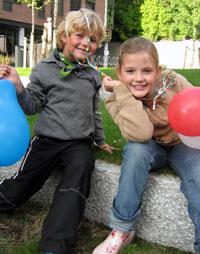 Johannes og Anna ønsker ballonger til alle på barnedagen. Foto: Hanne Hoftun/NRK