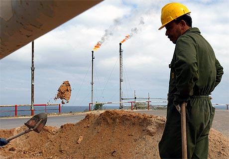 OLJELAND: Libya har vært OPEC-medlem siden 1962. Landet sitter på store oljereserver og har en utbygd raffineringsindustri. Foto: AP/Scanpix.