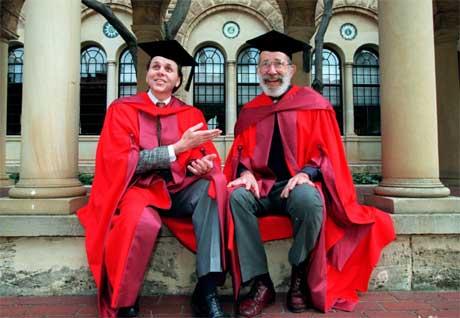 Nobelprisvinnerne Barry J. Marshall (t.v.) og J. Robin Warren har fått priser sammen før, som her i Perth i 1997. (Arkivfoto: Barry Baker/ Scanpix)