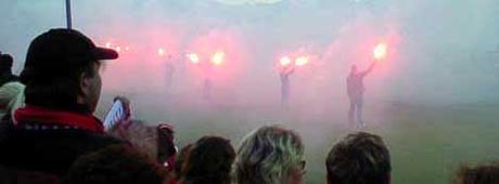 Færre ser Tippeliga-lagene fra tribunen i år, sammenlignet med 2005-sesongen. Foto: Rainer Prang, NRK