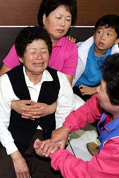 Pårørende til omkomne etter konsert-ulykken i Sangju. Seoul - Sør-Korea. Foto: Lee Jae-hyuk, AP Photo / Scanpix.