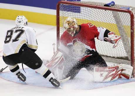 Pittsburg Penguins Sidney Crosby forsøker å score på Ottawa Senators målvakt Ray Emery under en treningskamp før sesongstart i NHL. (Foto: AP Photo/Jonathan Hayward)