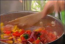 Bland fargerike sunne grønsaker og fres de i gryte.