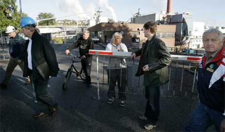 Ansatte i Union på vei hjem etter allmøtet på fabrikken i dag. (Foto: Lise Åserud/Scanpix)