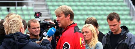 Landslagssjef Åge Hareide omgitt av pressefolk under landslagstreningen på Bislett onsdag. (Foto: Erlend Aas / SCANPIX )