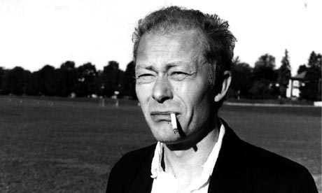 AVDØDE ØNSKET IKKE BLOMSTER: Nils Ole Oftebro har hovedrollen i Gerd Nyquists detektivhistorie (Foto: NRK).
