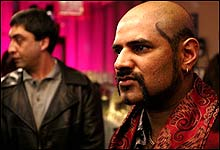 Tøffe typer: Khalid (Elyas Mohammed) i front og Farooq (Amir Malik. (Foto: Filmkameratene AS / Erik Aavatsmark)