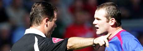 Wayne Rooney diskuterer med dommer Rob Styles. (FOTO: AP/ SCANPIX)