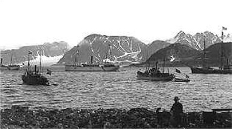 Ute på reden lå ekspedisjonens skip.