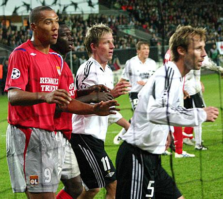 Europas beste fotballspillere på Lerkendal. Her Lyons John Carew tilbake på Lerkendal - passer på Rosenborgs Jan Gunnar Solli og Christer Basma. (Foto: Jon-Annar Fordal)