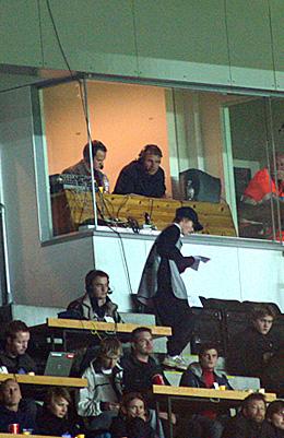 Høyt oppe under tribunetaket sitter Øystein Ingdahl og Jostein Flo og skildrer kampen for P1-lytterne. (Foto: Jon-Annar Fordal)