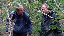 Per Olav og Alex på tur ut i skogen. Foto: NRK