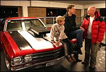Geir Solheim og hans seks år gamle sønn Lars viser stolt fram sin 69-modell SS til Jan Erik.