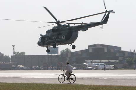 Et amerikansk Chinook-helikopter med nødhjelp til Kashmir. Fortsatt mangler helikoptre, sier Jan Egeland. (Foto: R.Vogel, AP)