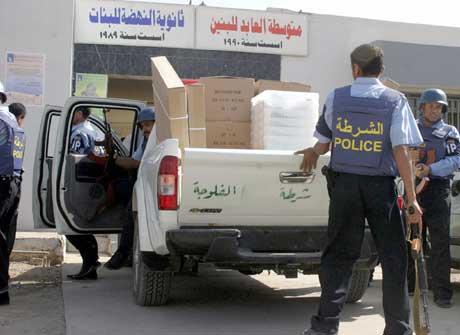 Væpnet politi beskytter valgmateriale ved et stemmelokale i det sunni-dominerte Falluja (Foto: Scanpix/Reuters)