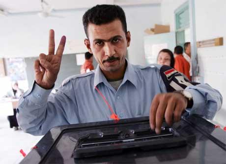Denne irakiske politimannen er glad for å kunne røyste. (Foto: Reuters/Scanpix)