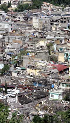 Det er gjort stor skade på provinshovudstaden i den pakistanske delen av Kashmir, Muzaffarrabad. (Foto: AFP/Scanpix)