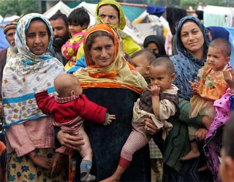 Desse menneska høyrer til blant dei heldige som har fått god hjelp etter jordskjelvkatastrofen. (Foto: Reuters/Scanpix)