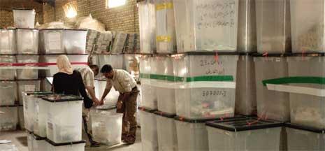 Store stabler med bokser med stemmesedler etter valget. (Foto: AP/Scanpix)