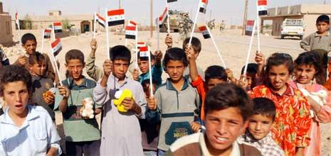 Irakiske barn stord utenfor valglokalet, mens foreldrene var inne for å avgi stemme. (Foto: AFP/Scanpix)