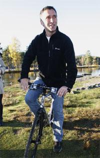 Kommende statsminister Jens Stoltenberg tok seg tid en søndagstur på sykkel rundt Sognsvann i Oslo etter å ha ringt rundt til de kommende ministre i den nye rød/grønne regjeringen. (Foto: Erik Johansen/Scanpix)