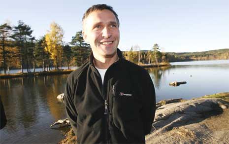 En smilende Jens Stoltenberg i høstsolen, har regjeringslisten klar. (Foto: Erik Johansen/Scanpix)
