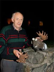Lars Johan Tveten fra Bamble, med den ødelagte elg-statuen. Foto: Arild Hansen, TA