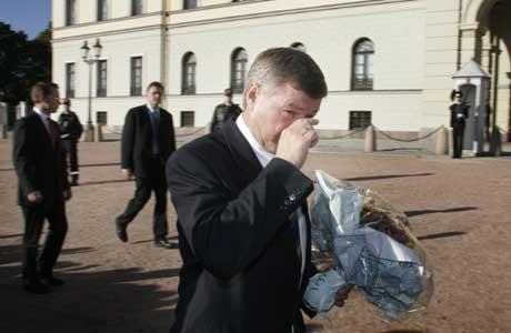 Kjell Magne Bondevik felte en tåre etter å ha fått blomster av kona Bjørg på Slottsplassen etter sitt siste statsråd mandag ( Foto: Jon Eeg / SCANPIX )