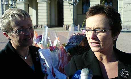 Liv Signe Navarsete og Heidi Grande Røys på slottsplassen. MMS-Foto: Cosmin Cosma.