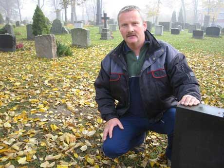 - Ufprståelig hærverk å velte gravstøtter, sier arbeidsleder Tommy Johansen. (foto: Ola Bjørlo Strande)