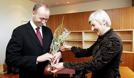 Trond Giske overtok kirke- og kulturdepartementet etter Valgerd Svarstad Haugland mandag. I tillegg til nøkkelen fikk han en KrF-kjærlighet på pinne. Giske får tittelen kulturminister. Foto: Jarl Fr. Erichsen, Scanpix.