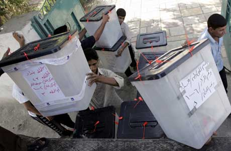 Stemmeurner samles inn i den sunni-dominerte Sadr-byen i Bagdad (Scanpix/Reuters)