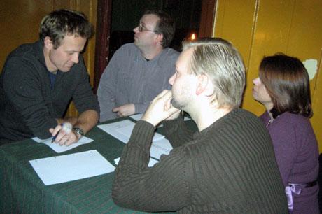 Landslaget i quiz i dyp konsentrasjon. Foto: NRK